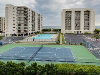 Comfortable condo w/ ocean views, shared pool & nearby beach access!
