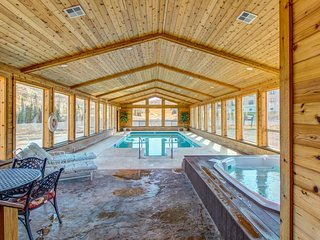 Cozy ski-in/ski-out condo w/shared hot tub, pool, sauna - large deck w/ views