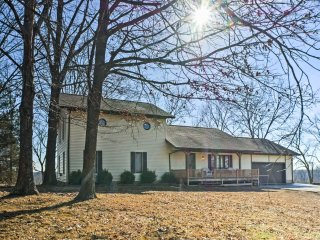 Quiet Cottage w/ Porch btwn Branson & Springfield!
