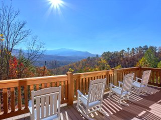 Mtn views, Direct TV, Wifi, arcade, & hot tub ~ Buck & Bear Lodge has it all!