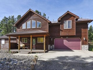 ForestView: Mountain solitude in a pet-friendly home with a large fenced yard bo