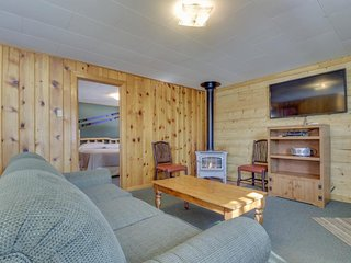 Quaint log cabin w/ shared hot tub & prime hiking/skiing location - dogs OK!