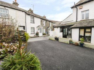 TAILOR'S COTTAGE, two bedroom, enclosed patio, ideal for walking, in Staveley