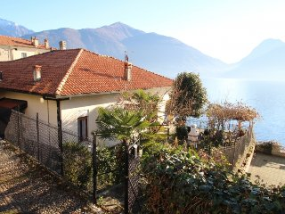 2 bedroom Villa with WiFi and Walk to Beach & Shops - 5251064