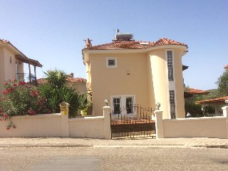 Beautiful 4 Bed Villa, free wifi, private pool, parking & secure gated entrance