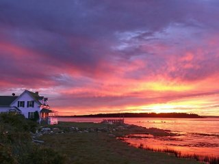 Lovely Cape situated at the waters edge with picturesque sunset views to Mt Wash