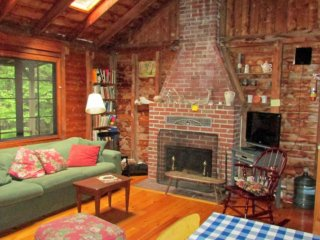 Cozy cabin perfect for sitting by a fire and centrally located on Bailey Island.