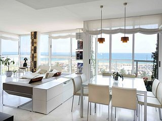 Amazing beachfront sunny apartment with sea views - B335
