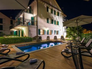 Apartment Honos with Swimming Pool I