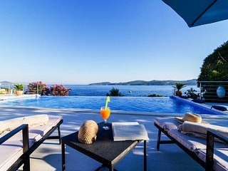 Villa Happy Daze with Infinity Pool