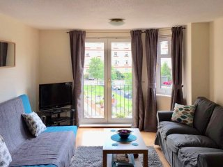 Modern 2 bedroom flat near City Centre with Parking