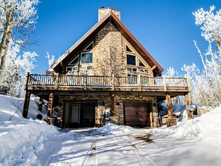 Upscale and spacious cabin for 8 close to slopes & trails