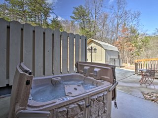 Sevierville Cottage 5 Min to Pigeon Forge-Hot Tub!