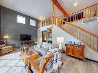 Spacious cabin w/gas fireplace, shared hot tub & seasonal pool, home comforts