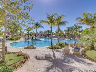 Upscale resort studio with jetted bathtub, shared pool, golf, tennis and more!