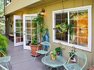 BJ's Nest~Tranquil Studio Apartment Retreat, w/Hot Tub.  Close To Downtown Napa.