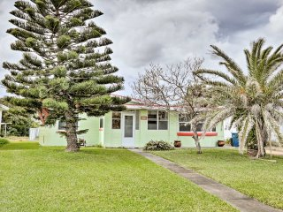 Cozy Daytona Beach Home w/Big Yard -Walk to Beach!