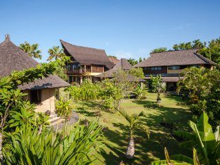 GRAND VILLA BY THE BEACH - BUNGA DESA ESTATE 11 BR
