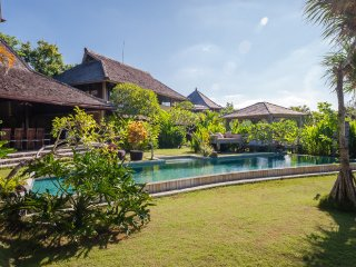 SPACIOUS LUXURY & PEACEFUL - VILLA BUNGA DESA 7 BR