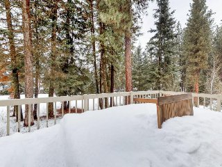 Spacious townhouse on the golf course, only moments from lake & ski resorts