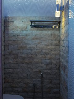 bridai/honeymoon suite -bathroom with light