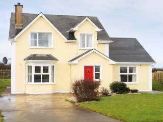 BENBULBEN VIEW, views of sea and Benulben, en-suite, in Tullaghan, Ref 970635