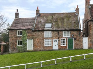 MAY COTTAGE, woodburner, pet-friendly, exposed beams, near Easingwold, Ref 95309