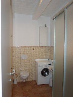 Bagno secondo piano con lavatrice
