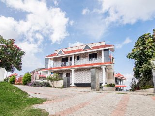 Family retreat with a hilly view, 500 m from Kurinji Andavar Temple