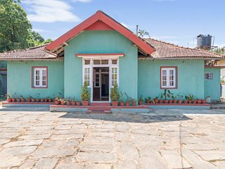 Rustic 5-BR abode for a large group, 800 m from Madikeri Fort