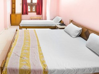 Homely stay for a family, 550 m from Ganga Pole Gate