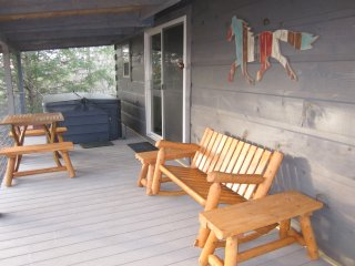 The Treehouse - TN Honeymoon Cabin with HOT TUB!