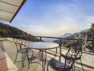 Vibrant stay for 3 with a hilly view