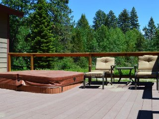 Classic mountain-style cabin w/ private hot tub & outdoor firepit - dogs welcome