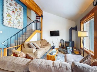 Lofty condo with a balcony, a great location & shared pools, hot tub & gym!