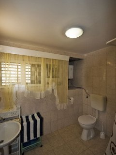 H(8): bathroom with toilet