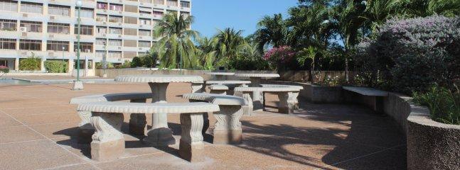 Plaza alrededor de la piscina