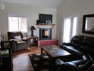 Cozy lakeside cabin w/ shared resort amenities - pool/hot tub & tennis courts