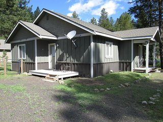 Spacious, dog-friendly cottage with fenced yard and central location