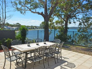 'Wanda Magic' 19 Randall Drive - beautiful water front house