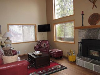 Spacious lodge w/ shared pool boasts great location near lake, ski resorts, town