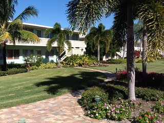 Escape to the Sun!  Prime Location in Old Naples, near Beach, Shops and Dining