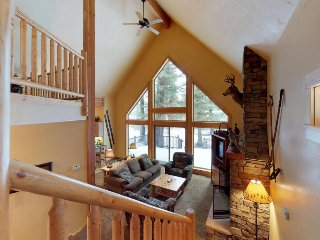 Cozy cabin with shared hot tub & pool, near the golf course, lake, ski resorts!
