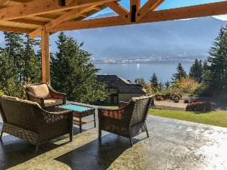 Cozy house with lovely water views near Stevenson - by river, golfing, and more!