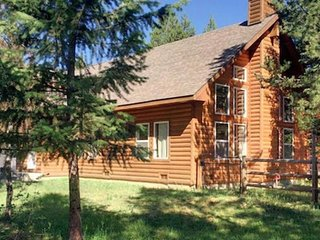 Spacious, family-friendly log cabin with deck & yard, close to boat launch