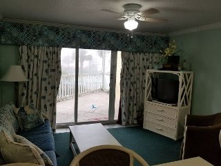 Beachfront, Walking distance to shops, restaurants, fishing!