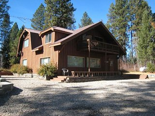 Large, secluded home w/ private hot tub - peace & quiet near town & lake!