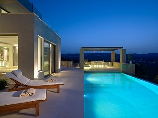 Luxurious villa with private infirnity pool, 1km from the beach!