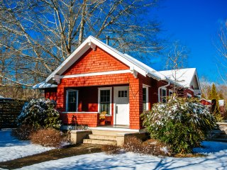 Deluxe Downtown bungalow sleeps 7+!