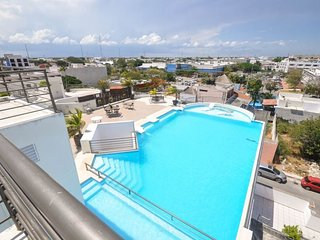 Three Bed Three Bath - roof-top pool with partial ocean view - close to shopping